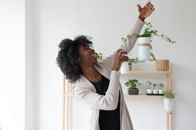 Kobieta mająca zrównoważony ogród w pomieszczeniu