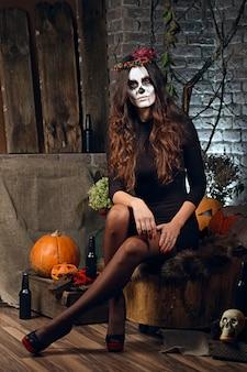 Kobieta makijaż czaszki cukru. sztuka malowania twarzy.