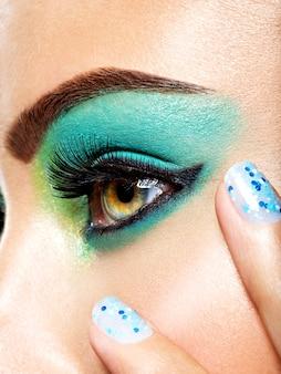 Kobieta makijaż oczu zielony żywy moda