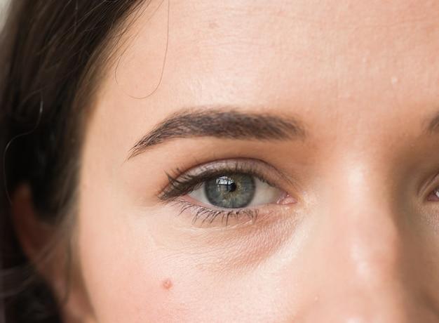 Kobieta makijaż tusz do rzęs oczy zdrowej skóry naturalny makijaż moda. strzał studio.