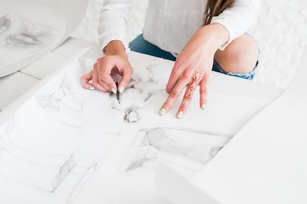 Kobieta malarz rysunek w studio