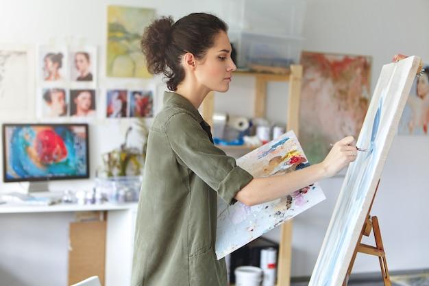 Kobieta malarz w jej pracowni artystycznej