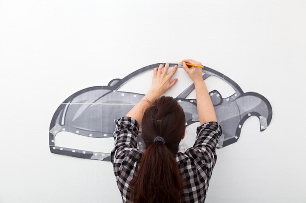 Kobieta malować mały samochód