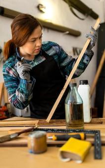 Kobieta malowanie desek drewnianych