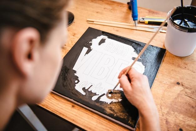 Kobieta maluje na płótnie