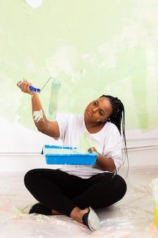 Kobieta maluje ścianę