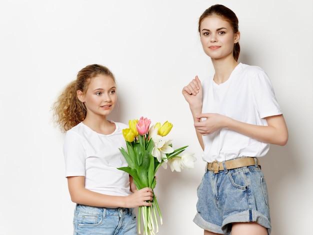 Kobieta mama i dziecko, dzień matki, 8 marca, prezenty kwiaty światło powierzchni studio