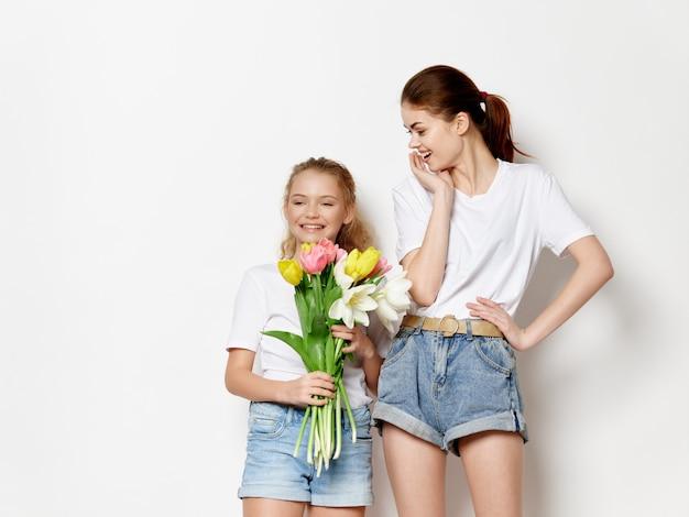 Kobieta mama i dziecko, dzień matki, 8 marca, prezenty kwiaty światło