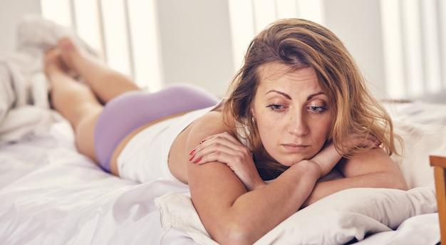 Kobieta martwi się czymś rano w łóżku
