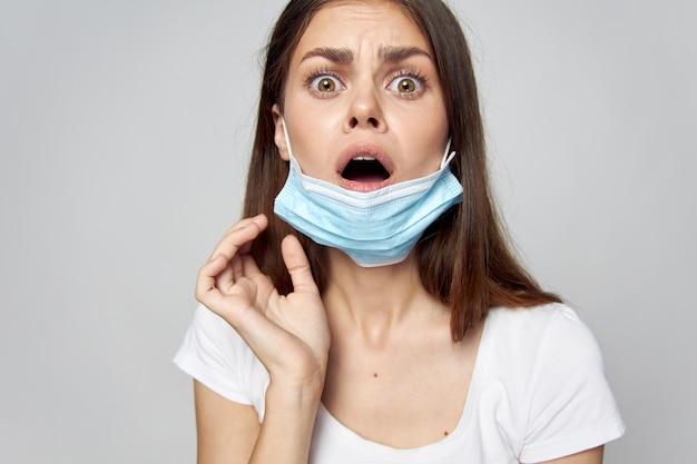 Kobieta maska medyczna otwarte usta zaskoczony wygląd przycięty widok biała koszulka