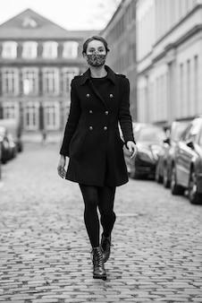 Kobieta maska spaceru w mieście portret model osoba młody uroda moda czarny strój