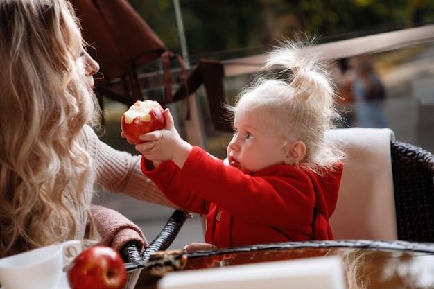 Kobieta matka z córką przy stole w kawiarni. szczęśliwa para tradycyjnych, szczęście rodzinne.