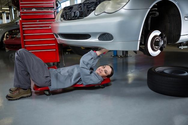 Kobieta mechanik naprawy samochodu