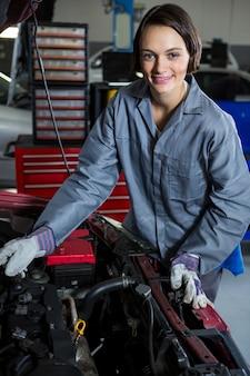 Kobieta mechanik samochodowy serwis