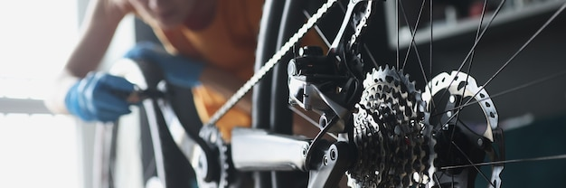 Kobieta mechanik w gumowych rękawiczkach naprawiający rower z narzędziami zbliżenie