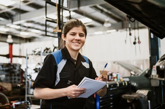 Kobieta mechanik z notatnikiem