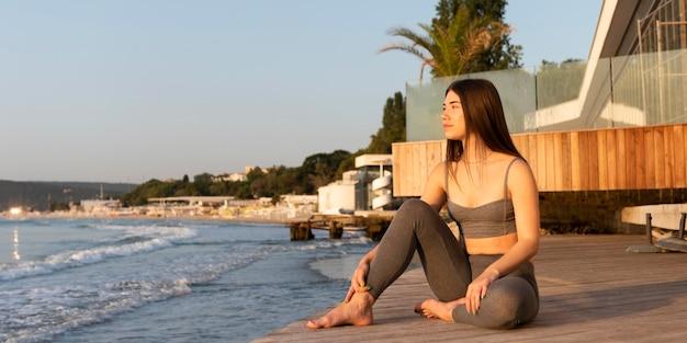 Kobieta, medytując na plaży