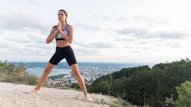 Kobieta medytując na wybrzeżu z miejsca na kopię