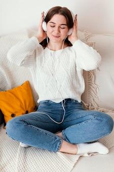 Kobieta medytując portret w pomieszczeniach