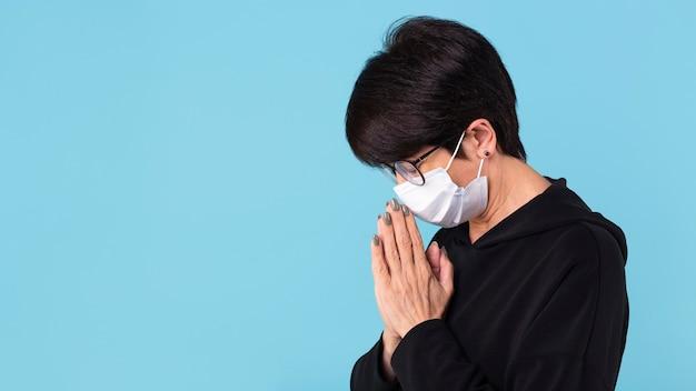 Kobieta medytuje nosząc maskę z miejscem na kopię