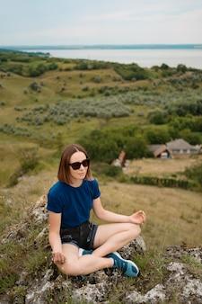 Kobieta medytuje relaksujący samotnie.