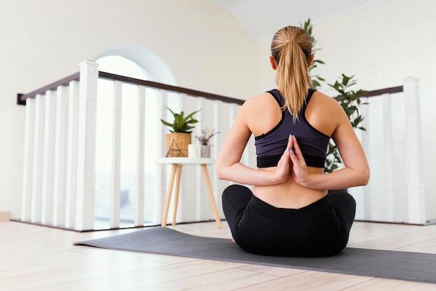 Kobieta medytuje w pomieszczeniach