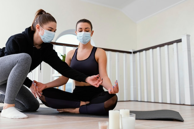 Kobieta medytuje w pomieszczeniu