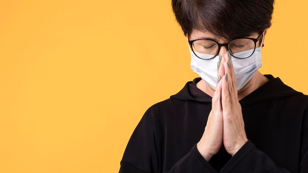 Kobieta medytuje z maską na z miejsca na kopię