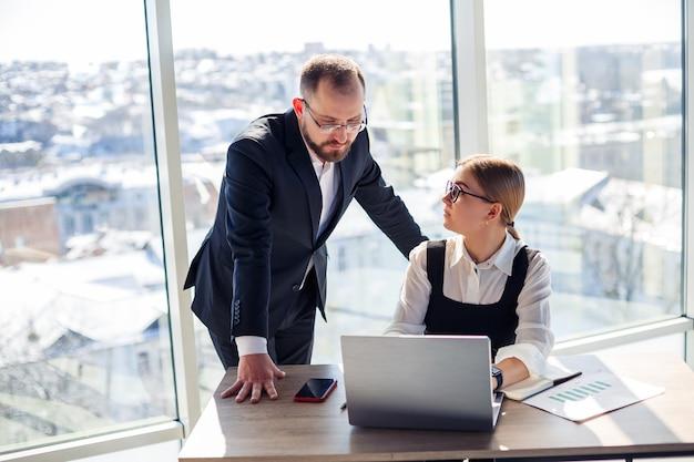 Kobieta-menedżerka we własnym biurze opowiada swojemu nauczycielowi-mentorowi o udanym nowym biznesplanie dotyczącym rozwoju gospodarczego. praca w biurze