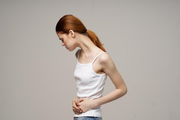 Kobieta miesiączka problemy zdrowotne zaburzenia ginekologii jasne tło