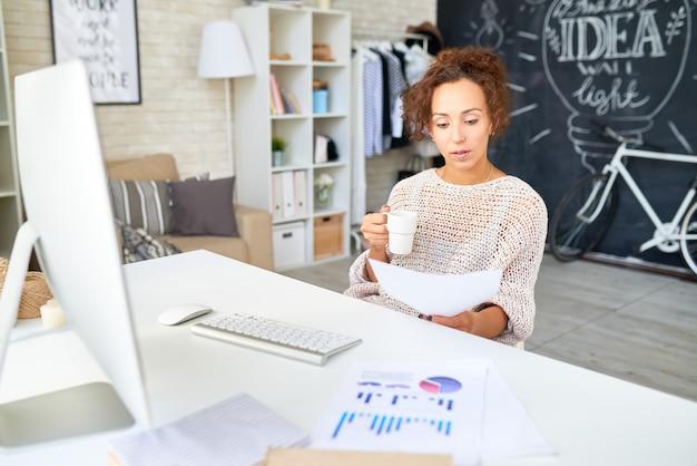 Kobieta mieszanej rasy pracująca w nowoczesnym biurze