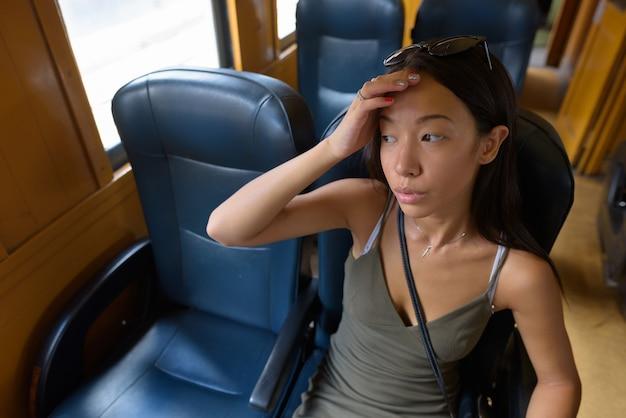 Kobieta młoda turystka zwiedzanie miasta bangkok pociągiem
