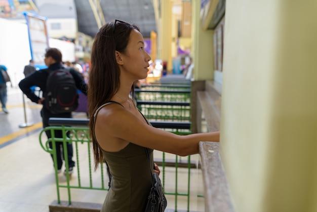 Kobieta młoda turystka zwiedzanie miasta bangkok