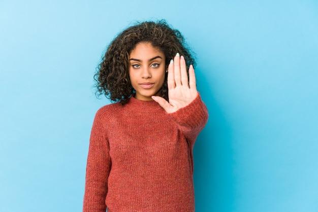 Kobieta młody afroamerykanin kręcone włosy