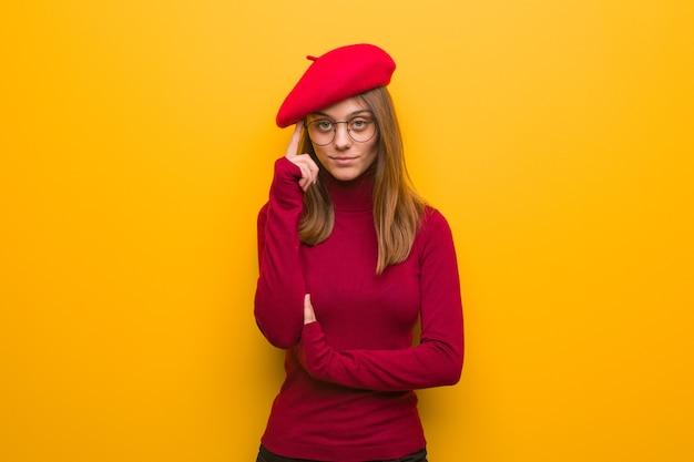 Kobieta młody artysta francuski myśli o idei