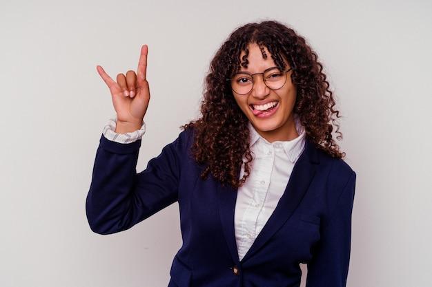Kobieta młody biznes rasy mieszanej na białym tle na białym tle przedstawiający gest rogów jako koncepcja rewolucji.