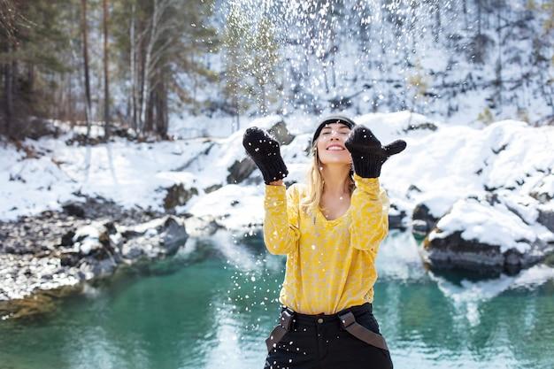 Kobieta młody dorosły szczęśliwy portret na tle pięknego zimowego krajobrazu w przyrodzie