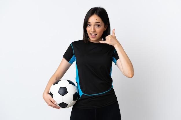 Kobieta młody piłkarz na białym tle na białej ścianie robi telefonowi gest. oddzwoń do mnie znak