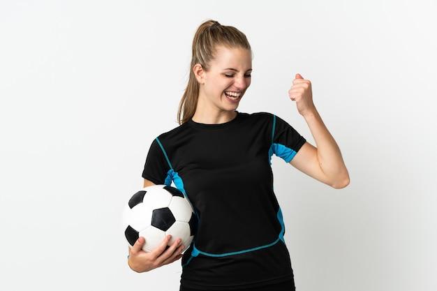Kobieta młody piłkarz na białym tle na białej ścianie świętuje zwycięstwo