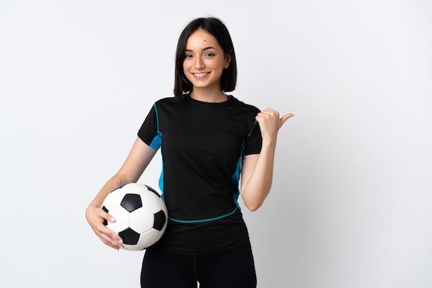 Kobieta młody piłkarz samodzielnie na białym tle, wskazując na bok, aby przedstawić produkt
