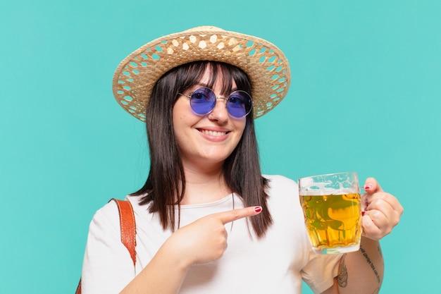 Kobieta młody podróżnik, wskazując lub pokazując