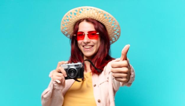 Kobieta młody podróżnik z aparatem daje kciuk do góry