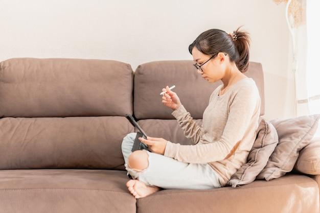 Kobieta młody profesjonalny ilustrator cyfrowy, pracująca w domu.
