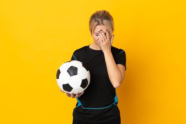 Kobieta młody rosyjski piłkarz na białym tle na żółtej ścianie z wyrazem zmęczony i chory