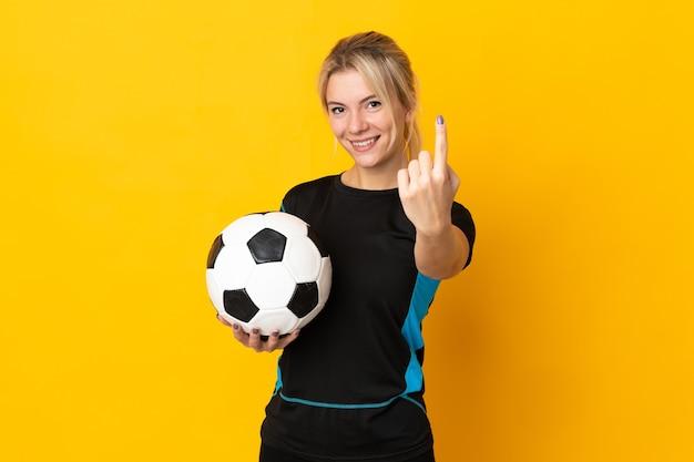 Kobieta młody rosyjski piłkarz na białym tle na żółtym tle robi nadchodzącym gestowi
