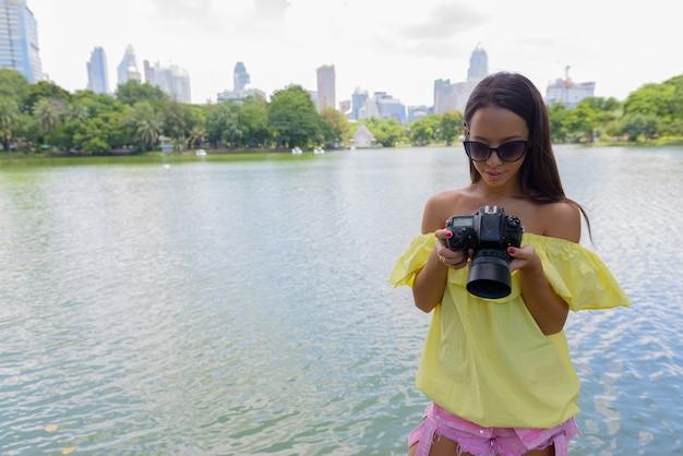 Kobieta młody turysta za pomocą aparatu w bangkoku w tajlandii