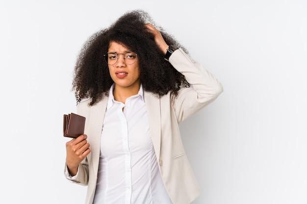 Kobieta młodych biznesowych afro posiadających samochód kredytu izolowanych kobieta młodych biznesowych afro posiadających carbeing kredytu w szoku