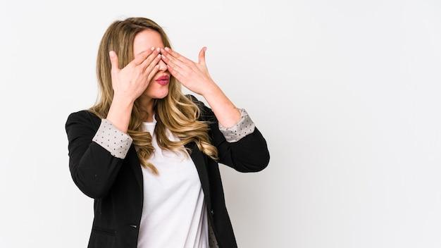 Kobieta młodych biznesowych samodzielnie na białej ścianie kobieta młodych bussines strach obejmujących oczy rękami