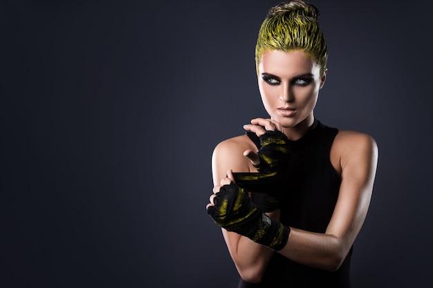 Kobieta mma wojownik z żółtymi włosami