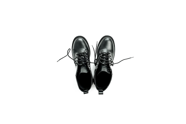 Kobieta moda mieszkanie leżał, widok z góry minimalna koncepcja. czarny but na białym tle